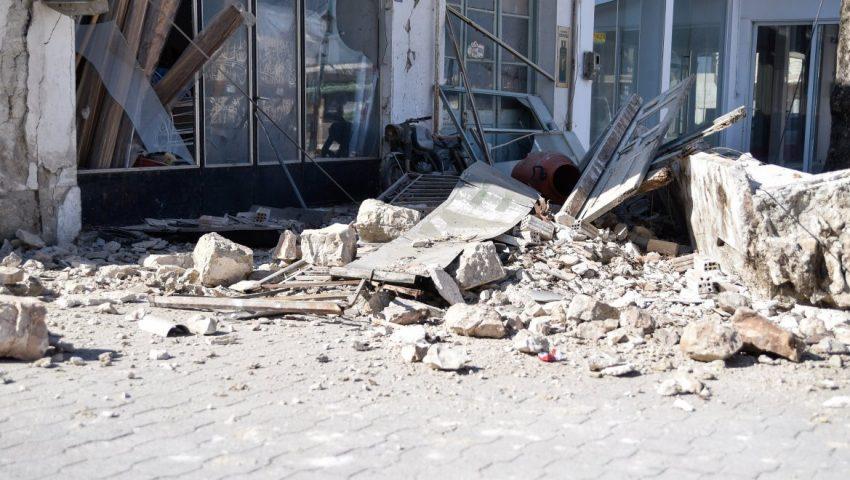 «Έρχεται τσουνάμι» φώναζε κάτοικος - Κύματα μπήκαν σε σπίτια και μαγαζιά στη Σάμο (Vid)