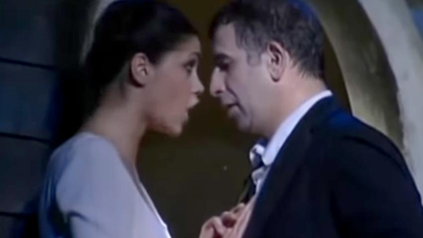 Το επίμαχο πλάνο απ' την παράσταση: Αυτά είναι τα ανάρμοστα φιλιά Φιλιππίδη που κατήγγειλε η Παπαχαραλάμπους (Vid)
