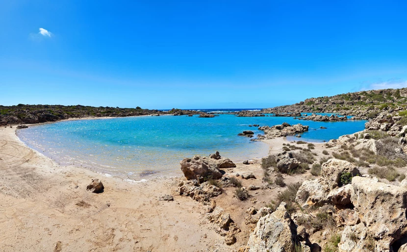 Μοναδική ομορφιά: η ελληνική παραλία που μοιάζει με λίμνη (Pics)